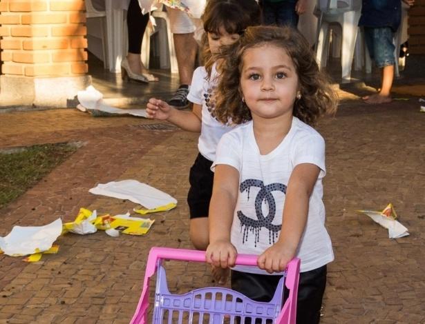 4.mai.2014 - Maria Sophia brinca com um carrinho de mercado. A menina comemorou três anos com uma festa em Rio Claro (SP)