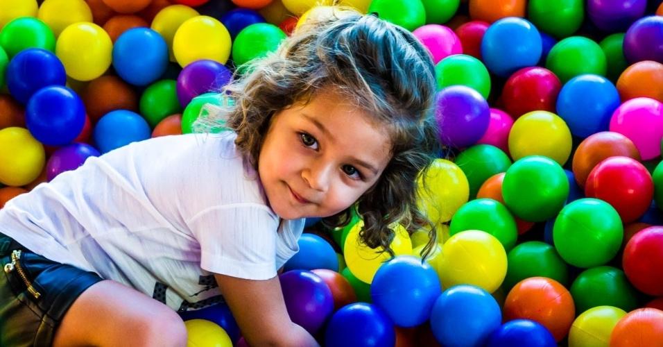 4.mai.2014 - Maria Sophia brinca na piscina de bolas. A menina comemorou três anos com uma festa em Rio Claro (SP)