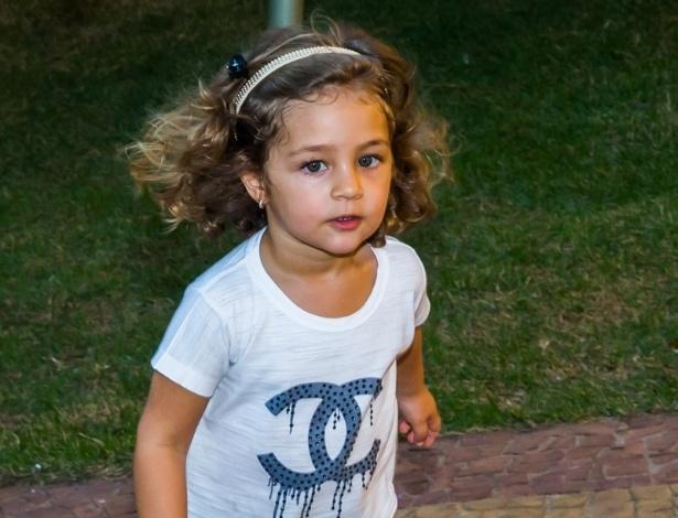 4.mai.2014 - Maria Sophia corre durante sua festa de aniversário. Ela comemorou três anos com uma festa em Rio Claro (SP)