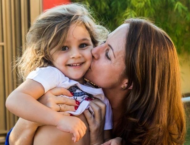 4.mai.2014 - Maria Sophia é beijada pela avó paterna, Cida, mãe de Pedro Leonardo. A menina comemorou três anos com uma festa em Rio Claro (SP)