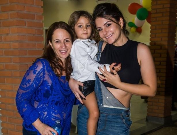 4.mai.2014 - Maria Sophia posa com a avó paterna, Cida, mãe de Pedro Leonardo, e Thaís Miziara, irmã por parte de mãe do cantor. A menina comemorou três anos com uma festa em Rio Claro (SP)