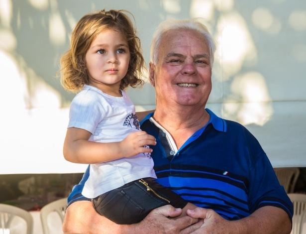4.mai.2014 - Maria Sophia posa com o avô materno, Frederico. A menina comemorou três anos com uma festa em Rio Claro (SP)