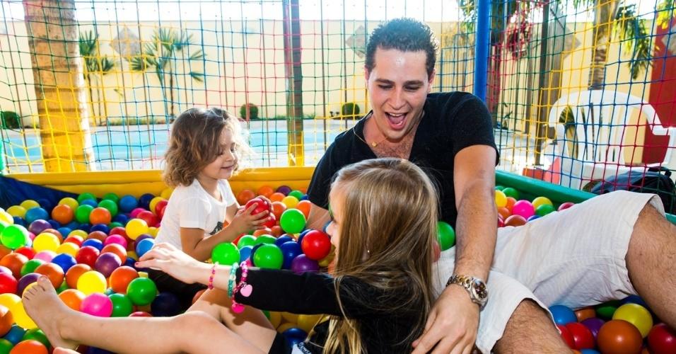 4.mai.2014 - O cantor Pedro Leonardo brinca com a filha Maria Sophia na piscina de bolas. A menina comemorou três anos com uma festa em Rio Claro (SP)