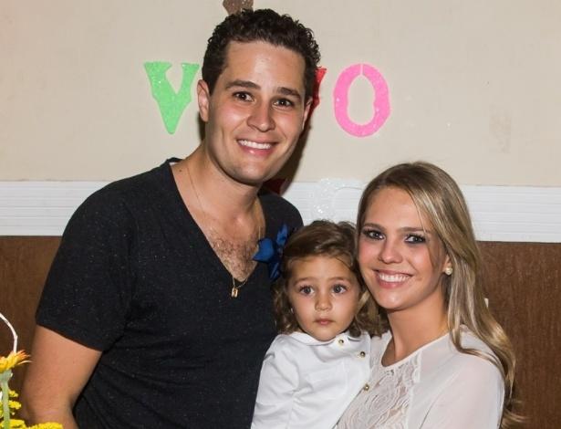 4.mai.2014 - O cantor Pedro Leonardo e sua mulher, a arquiteta Thaís Gebelein, cantam parabéns para a filha Maria Sophia, que comemorou três anos em uma casa de festas em Rio Claro (SP)