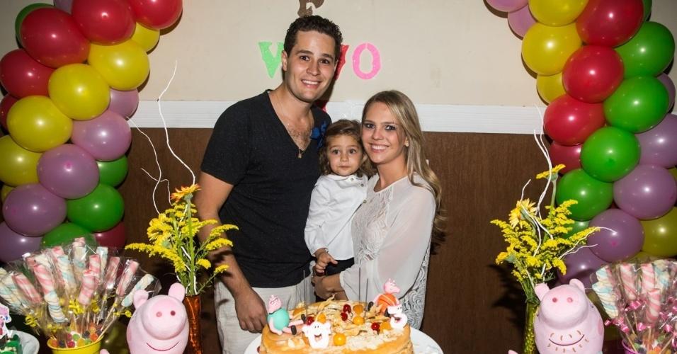 4.mai.2014 - O cantor Pedro Leonardo e sua mulher, a arquiteta Thaís Gebelein, comemoram os três anos da filha Maria Sophia em uma casa de festas em Rio Claro (SP)