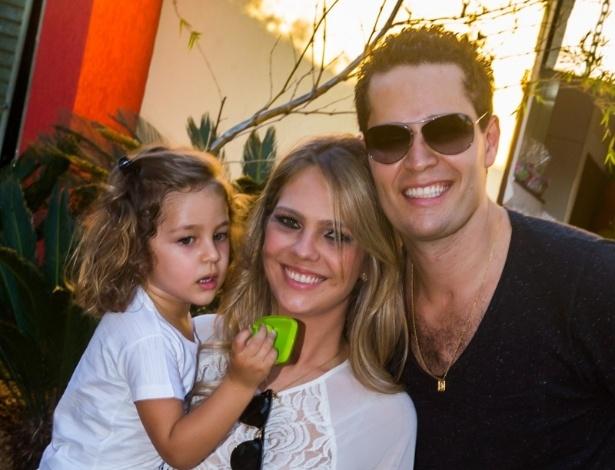 4.mai.2014 - O cantor Pedro Leonardo e sua mulher, a arquiteta Thaís Gebelein, posam com a filha Maria Sophia, que comemorou três anos em uma casa de festas em Rio Claro (SP)