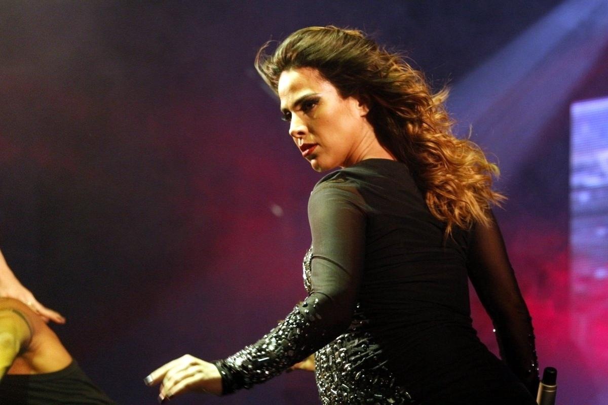 4.maio.2014 - Grávida de 8 meses, Wanessa se apresenta na Parada do Orgulho LGBT de São Paulo, na noite deste domingo (4)