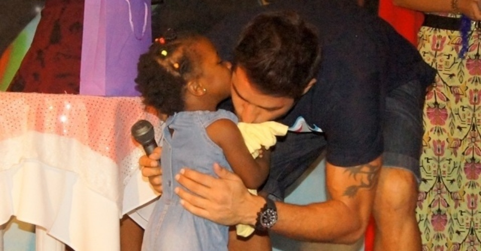 5.mai.2014 - Diego cumprimenta fã mirim em sua festa surpresa