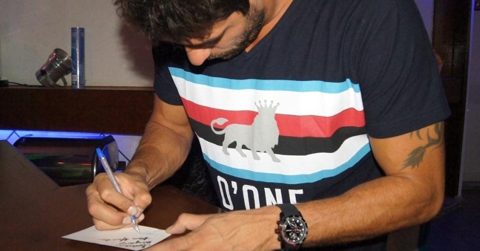 5.mai.2014 - Diego dá autógrafos para os fãs, os quais organizaram uma festa surpresa para ele e sua namorada Franciele