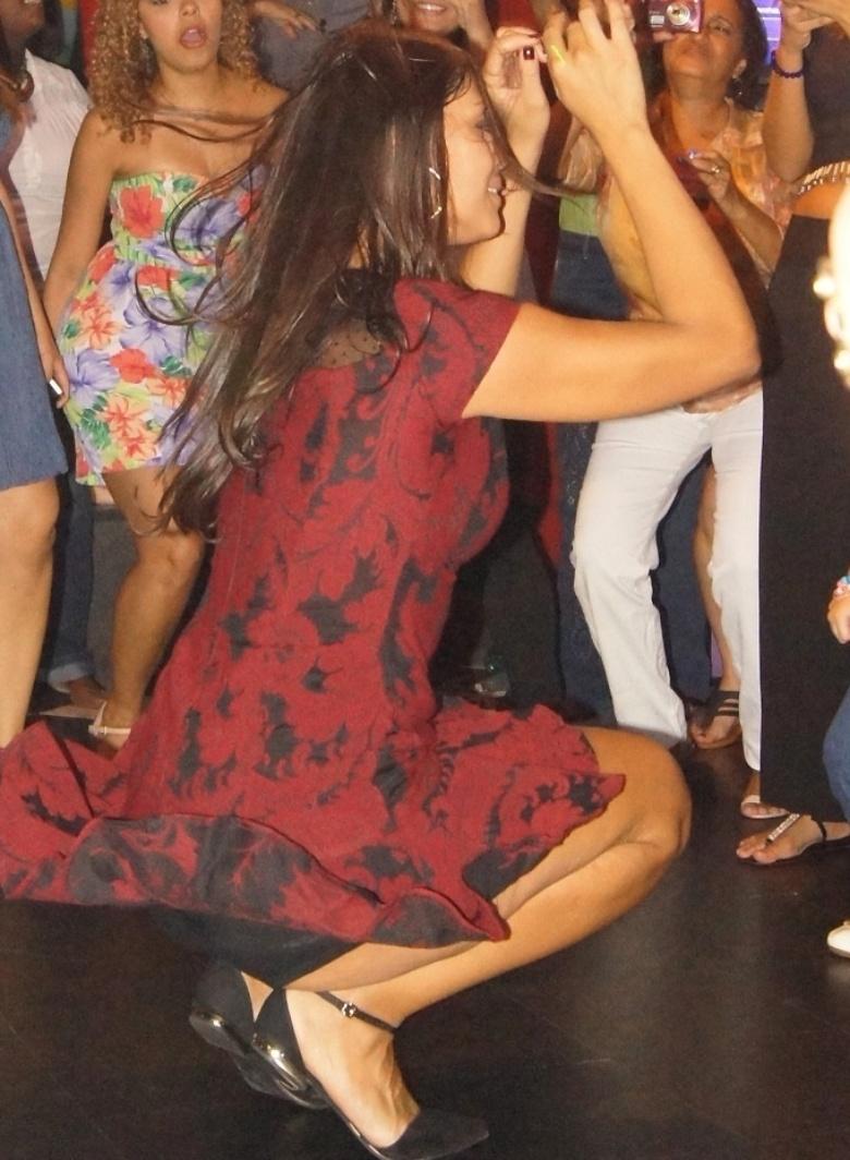 5.mai.2014 - Franciele dança até o chão em festa surpresa que ganhou dos fãs