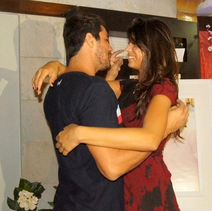 5.mai.2014 - Franciele e Diego em clima de romance durante festa surpresa que ganharam dos fãs no Rio de Janeiro