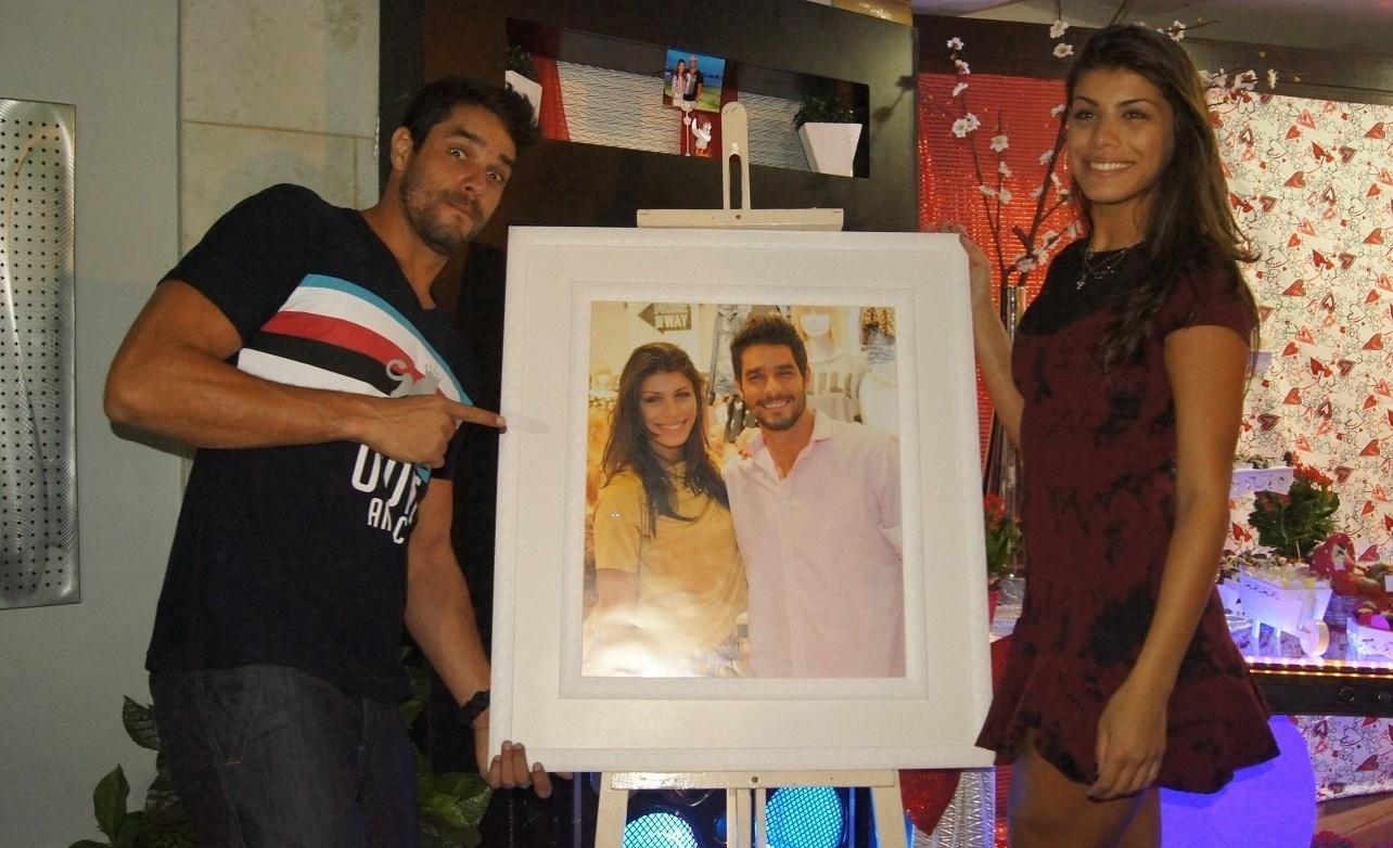 5.mai.2014 - Franciele e Diego posam com retrato que ganharam dos fãs em festa surpresa no Rio de Janeiro