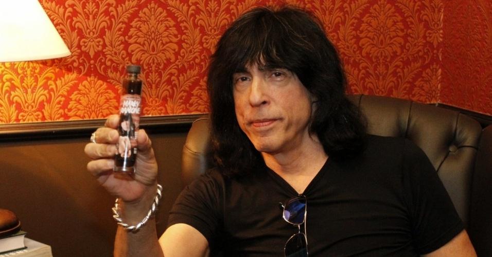 5.mai.2014 - Marky Ramone, bateria da banda Ramones, lança molho de pimenta com seu nome em evento em São Paulo