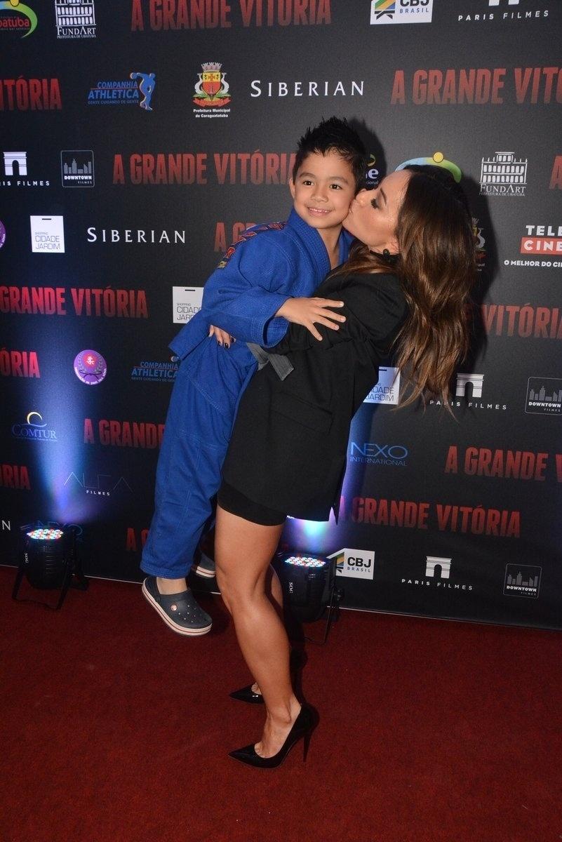 5.mai.2014 - Sabrina Sato pega no colo e beija ator mirim do elenco de