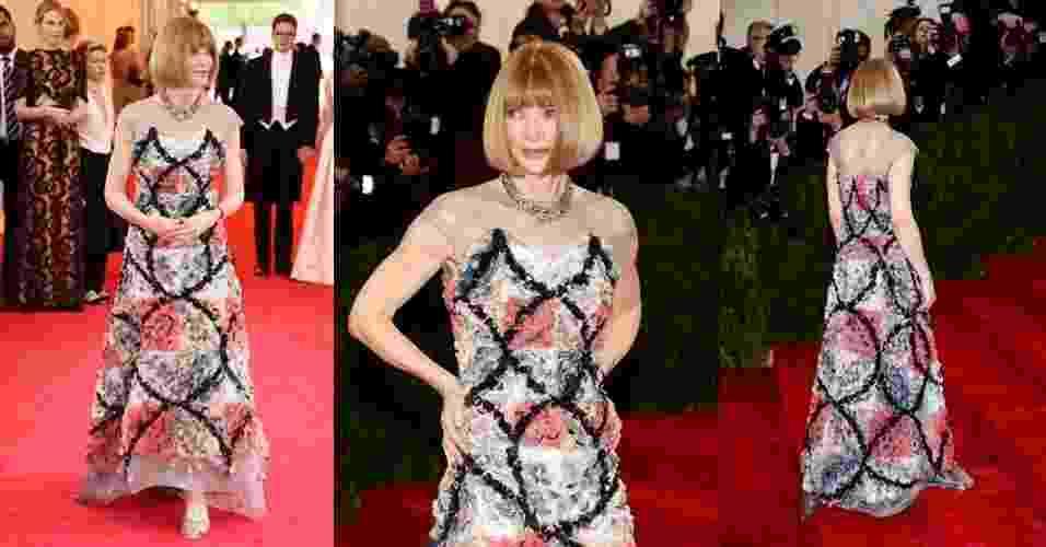 """A editora da """"Vogue"""" norte-americana Anna Wintour foi a primeira a cruzar o tapete vermelho do baile do MET (Metropolitan Museum of Art), em Nova York, nos Estados Unidos, com um vestido longo Chanel com estampa floral texturizada e colo em tule transparente. A festa marca a abertura da exposição """"Charles James: Beyond Fashion"""" e a mudança de nome do The Costume Institute do museu para Anna Wintour Costume Center - Getty Images"""