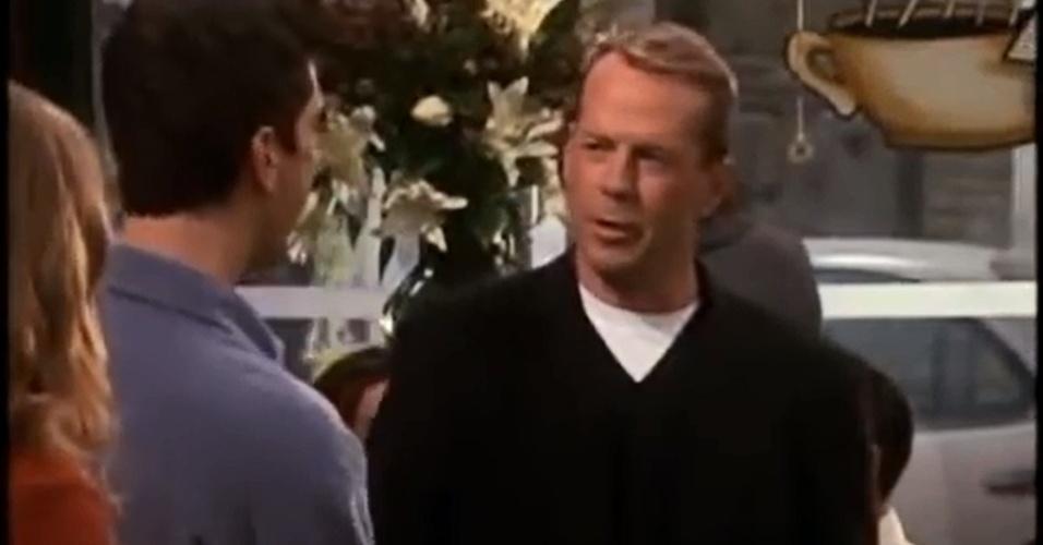 """Bruce Willis apareceu em """"Friends"""" como Paul, pai de uma namorada de Ross que acabava se envolvendo com Rachel"""