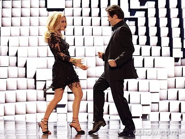 Jonas Marra entra dançando com sua esposa, Pamela, no palco do reality