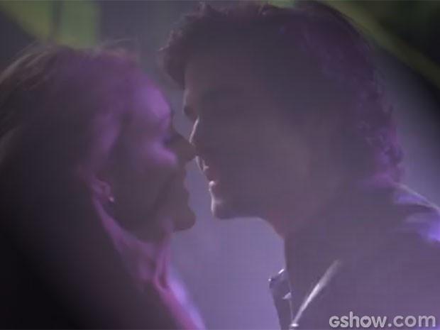 Megan troca beijos quentes com Alex em