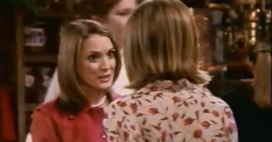 Winona Ryder fez uma antiga colega de faculdade de Rachel e as duas protagonizaram um beijo