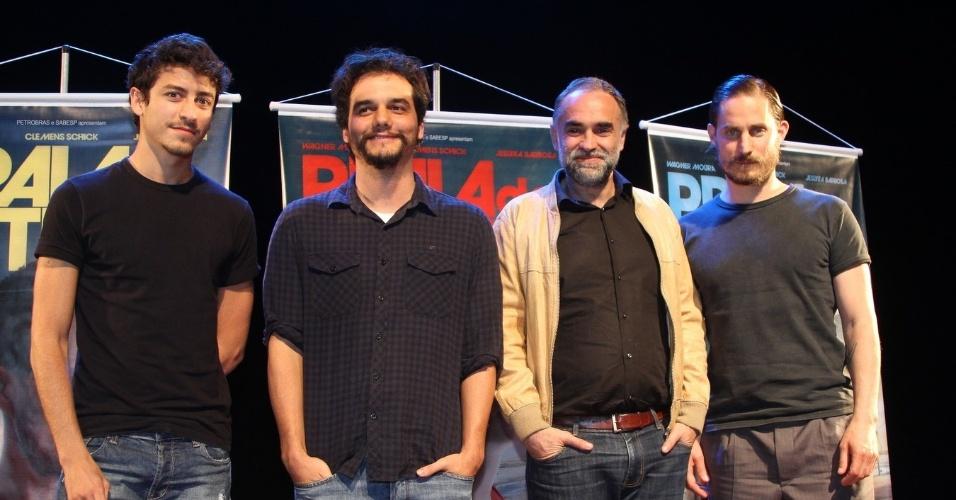 06.mai.2014 - Jesuíta Barbosa, Wagner Moura, Karim Aïnouz e Clemens Schick, durante coletiva do filme