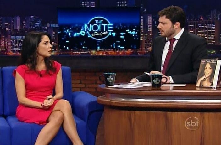 5.mai.2014 - Ana Paula Padrão dá entrevista para Danilo Gentili e fala sobre o lançamento de seu livro ?O Amor Chegou Tarde em Minha Vida?