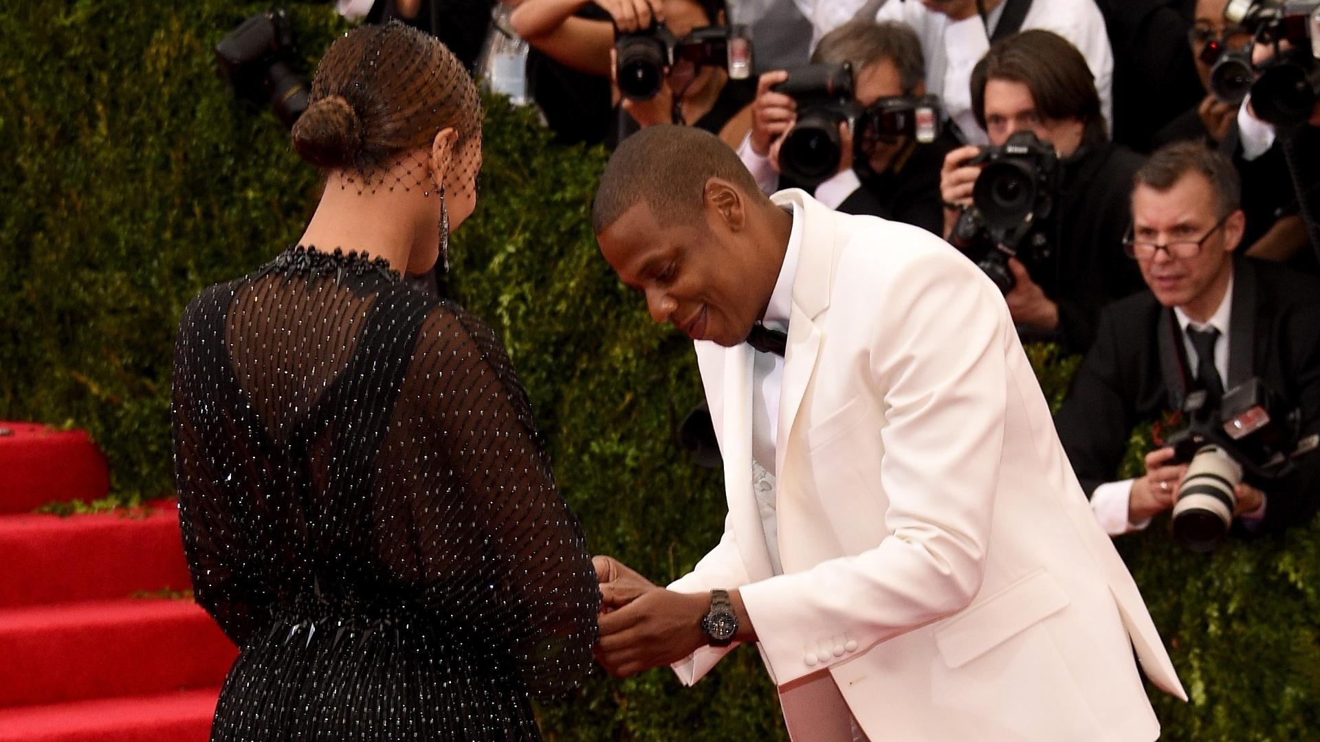 5.mai.2014 - Jay-Z brinca com Beyoncé no baile de gala do MET e simula um pedido de casamento ao pegar anel que ela havia deixado cair no chão