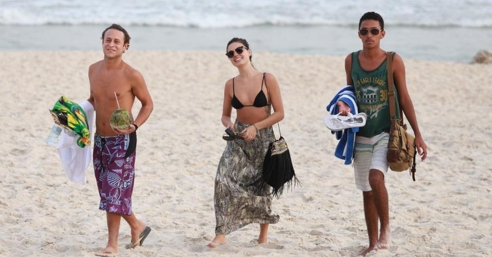 6.mai.2014 - Após tirar o colar cervical, Isis Valverde vai à praia com amigos e sorri para paparazzi