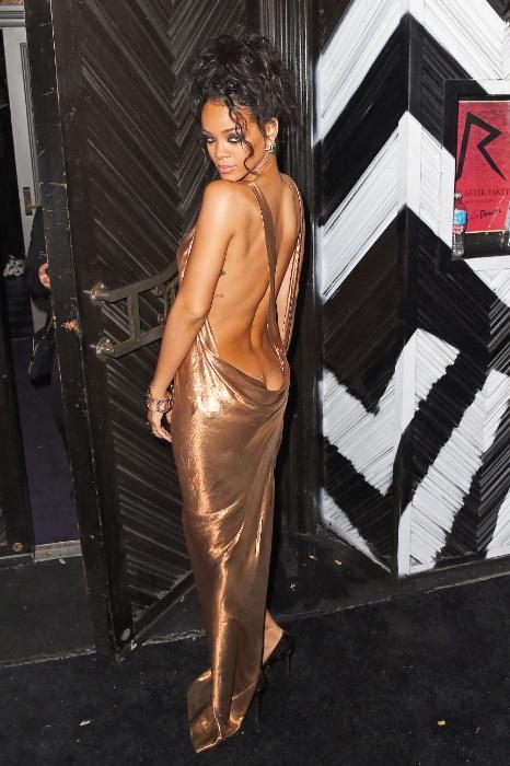 6.mai.2014 - Depois de ter sua conta do Instagram retirada do ar por postar uma foto em que aparece nua, Rihanna voltou a causar polêmica. Desta vez, ela apostou em um modelito ousado com enorme decote nas costas para curtir uma festa após o baile de gala do Met, em Nova Iorque. Resultado: o look sexy deixou à mostra até o bumbum da cantora.