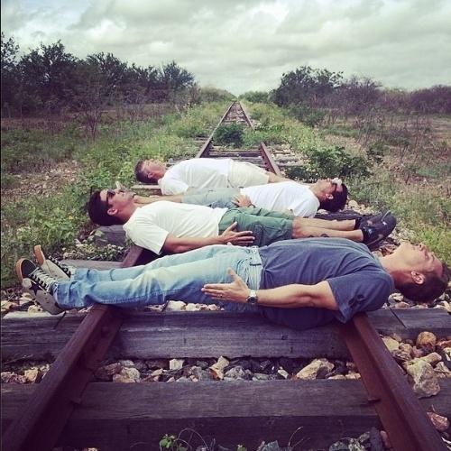"""6.mai.2014 - Luciano Huck postou uma foto na qual aparece deitado sobre um trilho de trem para gravação de um quadro de seu programa na Globo. """"A caminho de Flamengo (BA). Nossa turma trabalha muito, mas se diverte"""", disse o apresentador em sua conta do Instagram"""