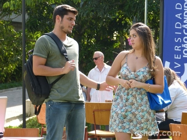 Bárbara tira satisfação com André sobre conversa que ela ouviu