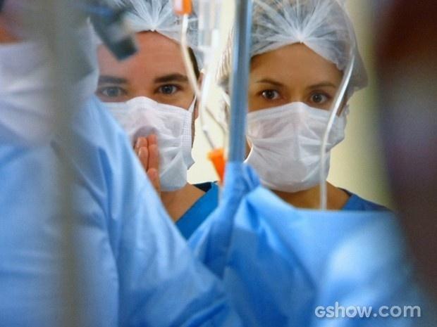 Felipe e Silvia ficam tensos nos momentos finais da cirurgia de Cadu
