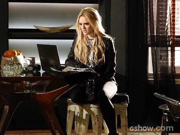 Megan invade o apartamento do namorado em busca de pistas