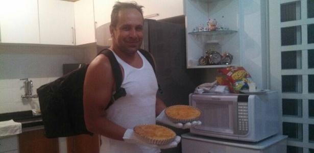 02.mai.2014- Após pedir dinheiro na internet, ex-polegar Ricardo Costa vende tortas de frango e goiabada