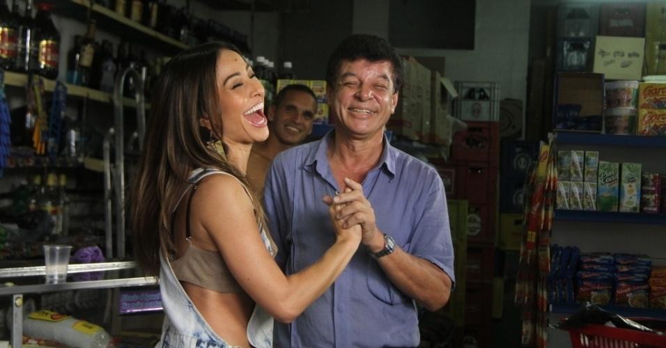 07.mai.2014- A apresentadora Sabrina Sato se diverte enquanto dança com um morador do Vidigal