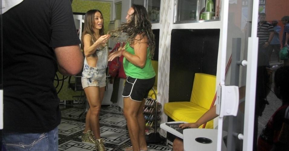 07.mai.2014- Sabrina Sato conversa com moradora do Vidigal durante gravação para seu programa da Record