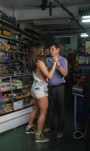 07.mai.2014- Sabrina Sato dança dentro de um bar com um morador do morro do Vidigal no Rio de Janeiro durante gravação de um quadro para seu programa da Record