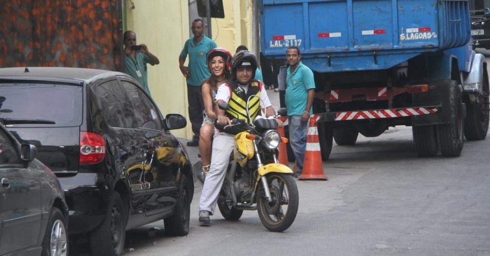07.mai.2014- Sabrina Sato se diverte ao subir o morro do Vidigal, no Rio de Janeiro de mototáxi
