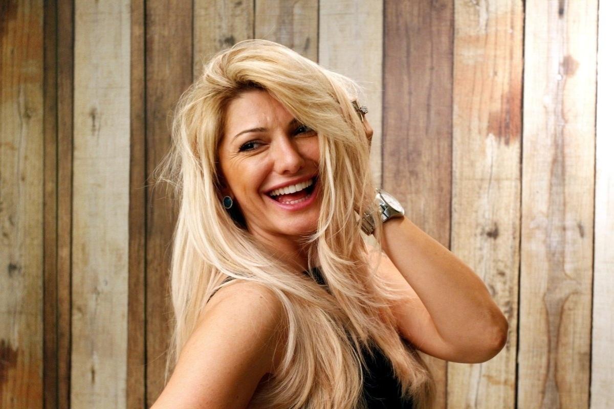 6.mai.2014 - Antonia Fontenelle faz transformação nos cabelos para novo personagem no longa