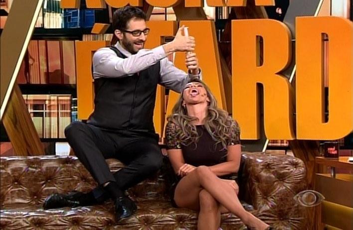6.mai.2014 - Fani Pacheco refaz com Rafinha Bastos uma cena de seu novo ensaio para a revista Sexy. A ex-BBB recebeu leite condensado diretamente de uma seringa.