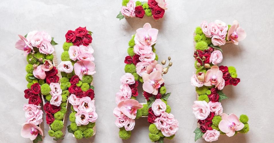 Ao terminar o preenchimento com as flores e folhagens, o monograma está pronto! Sua mãe vai adorar o arranjo personalizado!