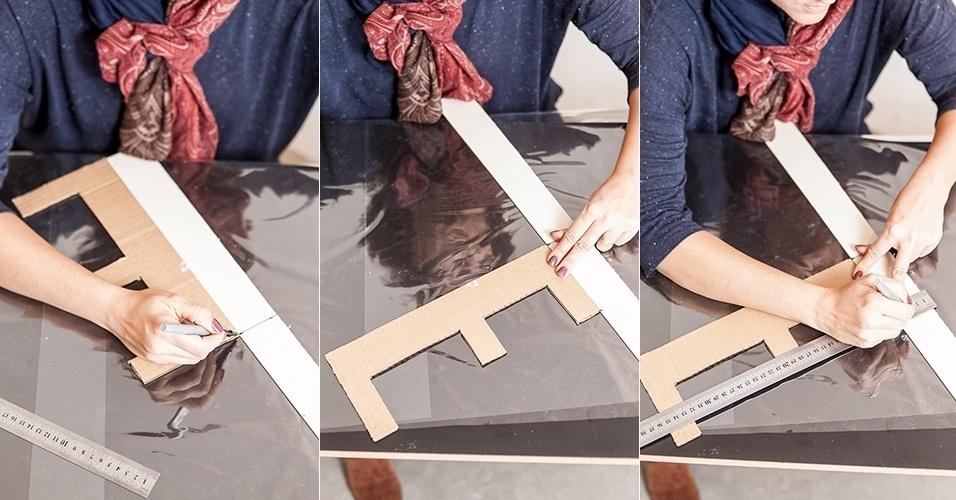 Após cortar as tiras de papel Paraná, pegue as letras feitas em papelão nas etapas anteriores e marque nas faixas o comprimento das laterais de cada caractere...