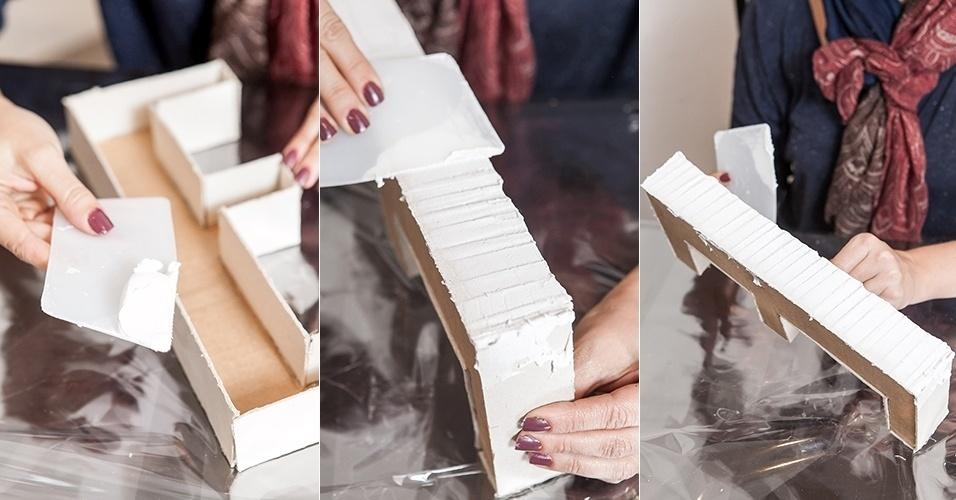 Com as caixas-letras prontas, em seguida, para dar um acabamento texturizado e impermeabilizá-las, faça ondas com a massa acrílica nas laterais, usando a espátula