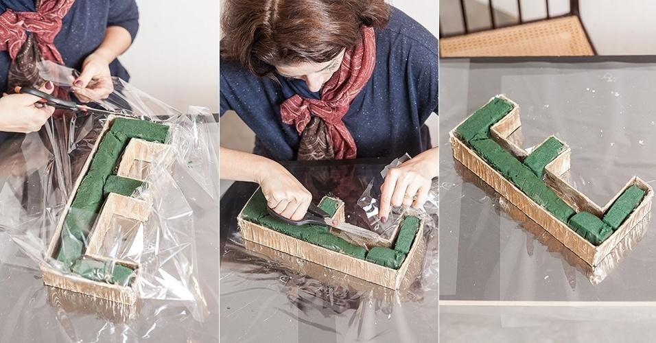 ...e recorte o excesso de papel celofane, dando um melhor acabamento às caixas-letras que receberão, em seguida, as flores e folhagens