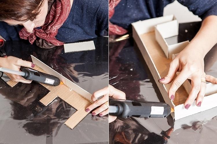Feitas as laterais em papel Paraná, com a cola quente, cole cada uma delas junto à letra em papelão, formando uma caixa, conforme as fotos. Repita essa etapa com todos os caracteres da palavra escolhida
