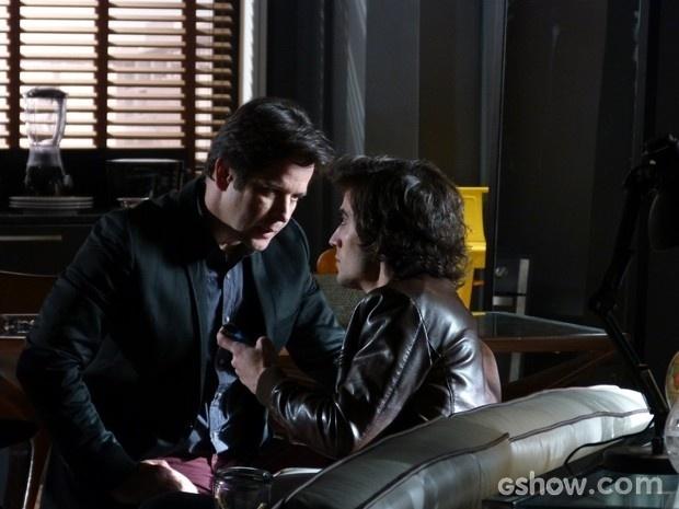 Jonas procura Alex e dá ultimato