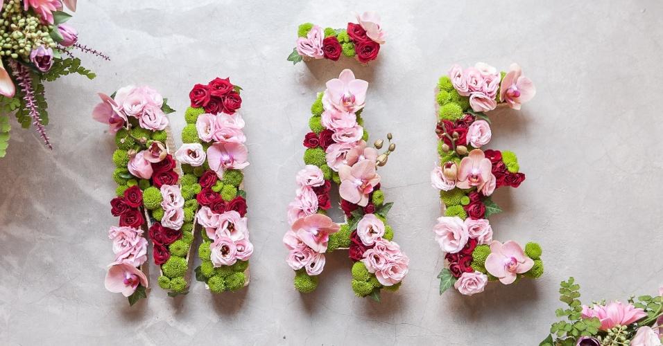 Presenteie sua mãe com um monograma de flores escrito MÃE ou o nome dela! A designer floral Camila Whitaker (www.facebook.com/camilawhitakerfloraldesign) ensina os passos de como montar o arranjo personalizado