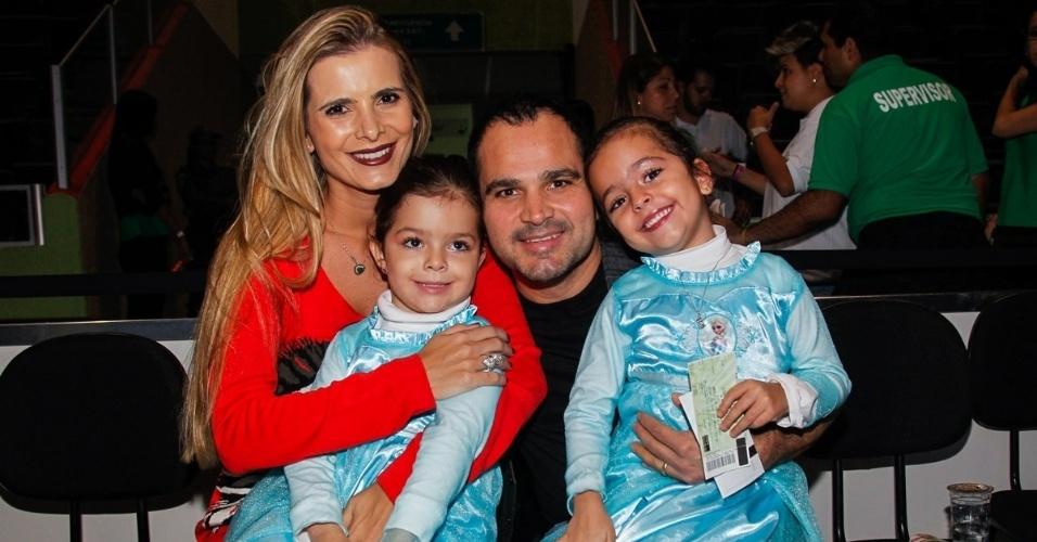 7.mai.2014 - Luciano Camargo leva a mulher, Flávia Fonseca, e as filhas Isabella e Helena para assistir ao espetáculo Disney On Ice, em São Paulo
