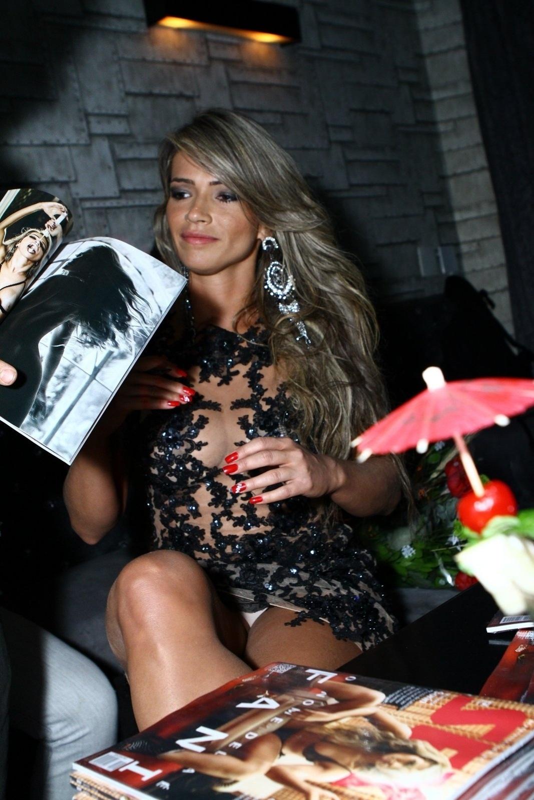 7.mai.2014 - A ex-BBB Fani Pacheco deixa a calcinha à mostra durante o lançamento de sua revista