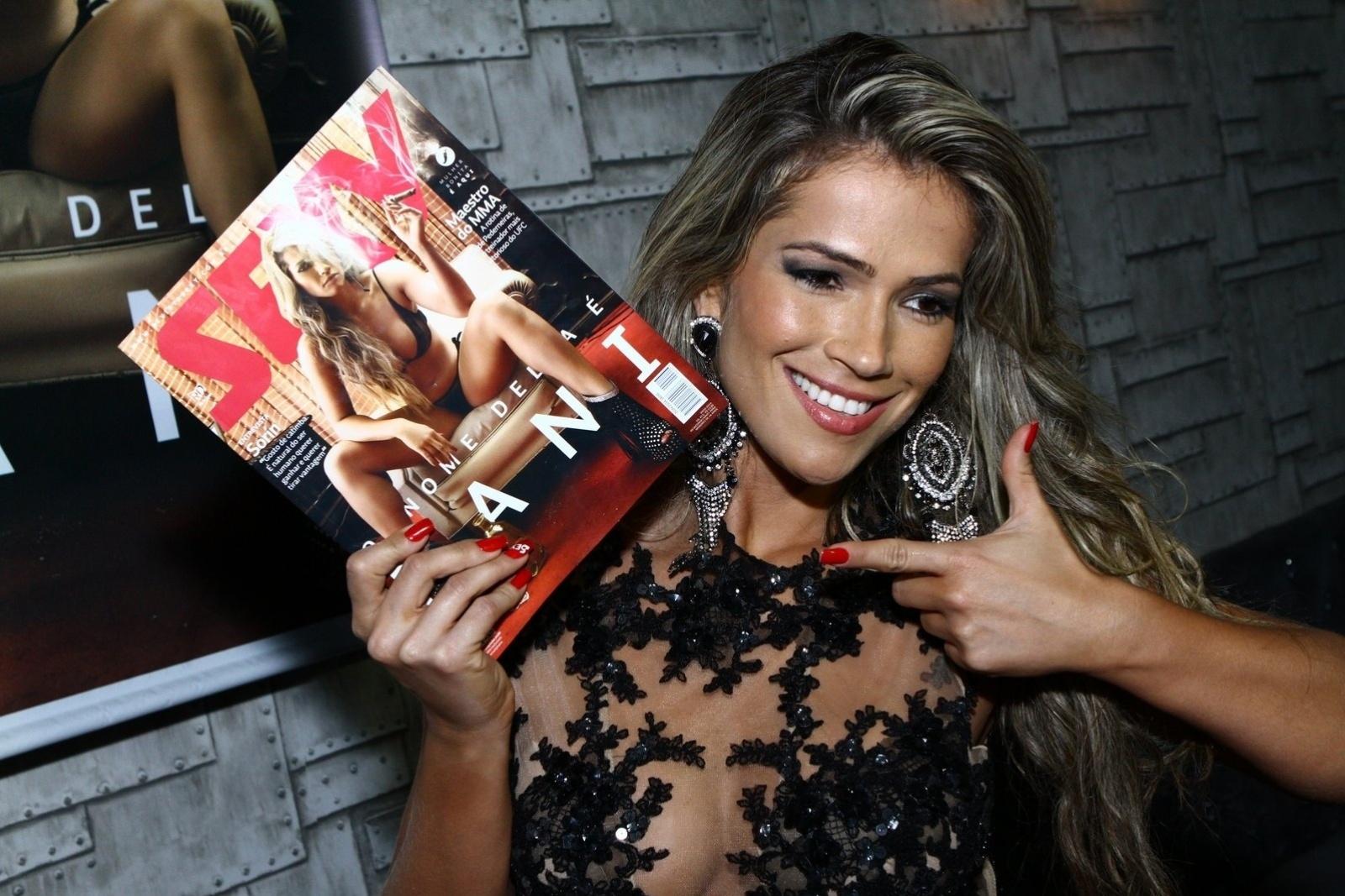7.mai.2014 - Fani Pacheco exibe a capa da revista