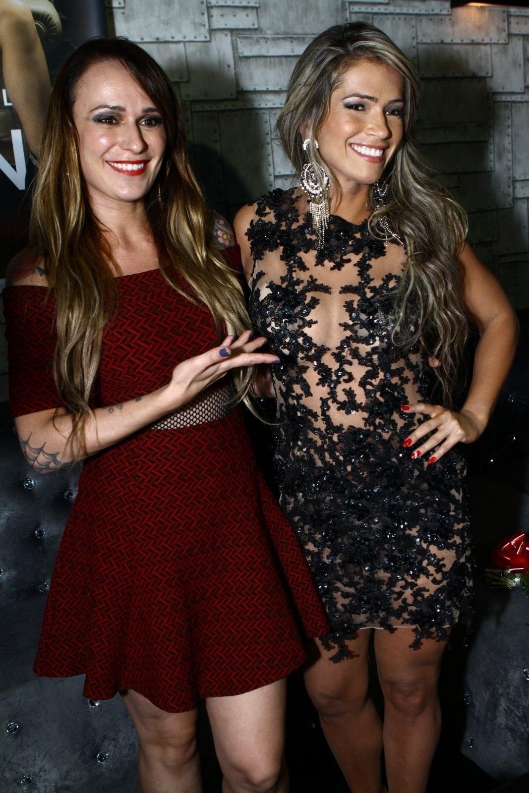 7.mai.2014 - Fani Pacheco posa ao lado da também ex-BBB Bianca Jahara na festa de lançamento da revista